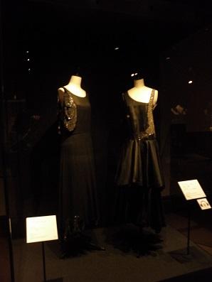 素敵な飾りをあしらった黒いドレス