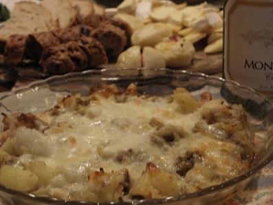 ジャガイモ、玉ねぎ、ハーブスパイス類のチーズ焼き