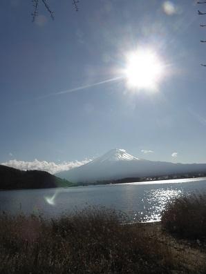 太陽に輝く富士山と湖