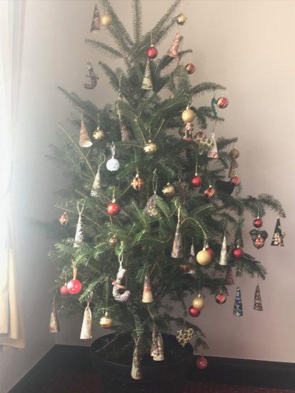 メリークリスマス! 今年も残すところ わずかとなりました。 陰極まりて陽に転じる 「一陽来復の日」の 冬至にはカボチャを食べ 柚子風呂に入って すっきり浄化し (この日を境に再び力が 甦ってくる、運も上昇!) 家族で穏やかなクリスマスを 迎えています。 アロマテラピースクール・緑のとびら アロマライフコーチング 柚子風呂に 乾燥するこの時期は ゆったりとお風呂に入ると 気持ちいいですね。 アロマテラピースクール・緑のとびら アロマライフコーチング ベランダの無農薬バラをメインに各種ハーブをブレンド ハーバルバス 冬至は柚子風呂ですが、 ベランダの無農薬バラと 各種ハーブのハーバルバスは 香りの良い薬草風呂です。 アロマテラピースクール・緑のとびら アロマライフコーチング バスオイルをブレンド 柚子がなければ グレープフルーツなどの 柑橘類の精油をブレンドして バスオイルできれいに乳化した アロマバスもオススメです。 アロマテラピースクール・緑のとびら アロマライフコーチング この時期大活躍抗菌作用もあるリラックススプレー 体調を崩しやすい年末に、助かるのがこちらのスプレー 日々超多忙な方のためのブレンド、仕事中のストレスも緩和↑ さてさて、我が家のクリスマスは アロマテラピースクール・緑のとびら アロマライフコーチング クリスマス2019 アロマテラピースクール・緑のとびら アロマライフコーチング 恒例、我が家のクリスマスチキン アロマテラピースクール・緑のとびら アロマライフコーチング チキンの下ごしらえにベランダのローリエ、ローズマリーなど 毎年恒例のチキンの丸焼きと アロマテラピースクール・緑のとびら アロマライフコーチング キャベツや香味野菜で焦げ目を調整、白ワインをかけながら焼く アロマテラピースクール・緑のとびら アロマライフコーチング こんがり焼けました! 自家製サングリアにはスパイスも活躍 アロマテラピースクール・緑のとびら アロマライフコーチング サングリアにシナモンスティックとクローブ アロマテラピースクール・緑のとびら アロマライフコーチング りんご、オレンジ、レモンを重ね(キーウイやパイナップルもOK)ここにワインを注ぎます 今年のスープは ニンジンとトマトのポタージュ アロマテラピースクール・緑のとびら アロマライフコーチング ニンジンとトマトのポタージュ カボチャのサラダ他 アロマテラピースクール・緑のとびら アロマライフコーチング カボチャ、レーズン、くるみのサラダ アロマテラピースクール・緑のとびら アロマライフコーチング 赤蕪やブロッコリー、セロリのサラダ、トマトのグラタン他 アロマテラピースクール・緑のとびら アロマライフコーチング メリークリスマス! チキン以外はほとんど娘たちが 作ってくれて助かりました。 アロマテラピースクール・緑のとびら アロマライフコーチング クリスマスケーキに入れるドライフルーツのブランデー漬、梅酒の梅など ドライフルーツのブランデー漬や くるみ、シナモンやクローブの 入った伝統的な クリスマスケーキや アロマテラピースクール・緑のとびら アロマライフコーチング クリスマスケーキ生地 アロマテラピースクール・緑のとびら アロマライフコーチング 長女のこだわり アロマテラピースクール・緑のとびら アロマライフコーチング 焼き上がりにドライフルーツの漬け汁と杏ジャムを溶いたものを表面に塗って完成〜 ジンジャークッキーも アロマテラピースクール・緑のとびら アロマライフコーチング 型抜いて天板に アロマテラピースクール・緑のとびら アロマライフコーチング 全粒粉とキビ糖で素朴なお味 美味しく出来上がりました。 アロマテラピースクール・緑のとびら アロマライフコーチング クリスマスに咲くピンクのバラ@アメリカ山公園 今月はイベント続きで 友人でALCを受講生T様のご縁で参加した あるお教室のクリスマスパーティでは みなさんが腕をふるったご馳走が アロマテラピースクール・緑のとびら アロマライフコーチング 革教室の皆さんの手作りのご馳走 アロマテラピースクール・緑のとびら アロマライフコーチング サーモンのパイ アロマテラピースクール・緑のとびら アロマライフコーチング T様特製トライフル大人気 持ち寄られ、T様大活躍クイズ大会や プレゼント交換で盛り上がりました。 驚いたのは・・ 前日には、先生のご主人が こだわりの絶品アップルパイ (三種のリンゴを何十個と 皮を剥かれたそうです)を 16人の食べる分とお土産の分まで 焼いてくださっていたことです。 アロマテラピースクール・緑のとびら アロマライフコーチング 先生のご主人の絶品アップルパイ シュトーレンや アロマテラピース